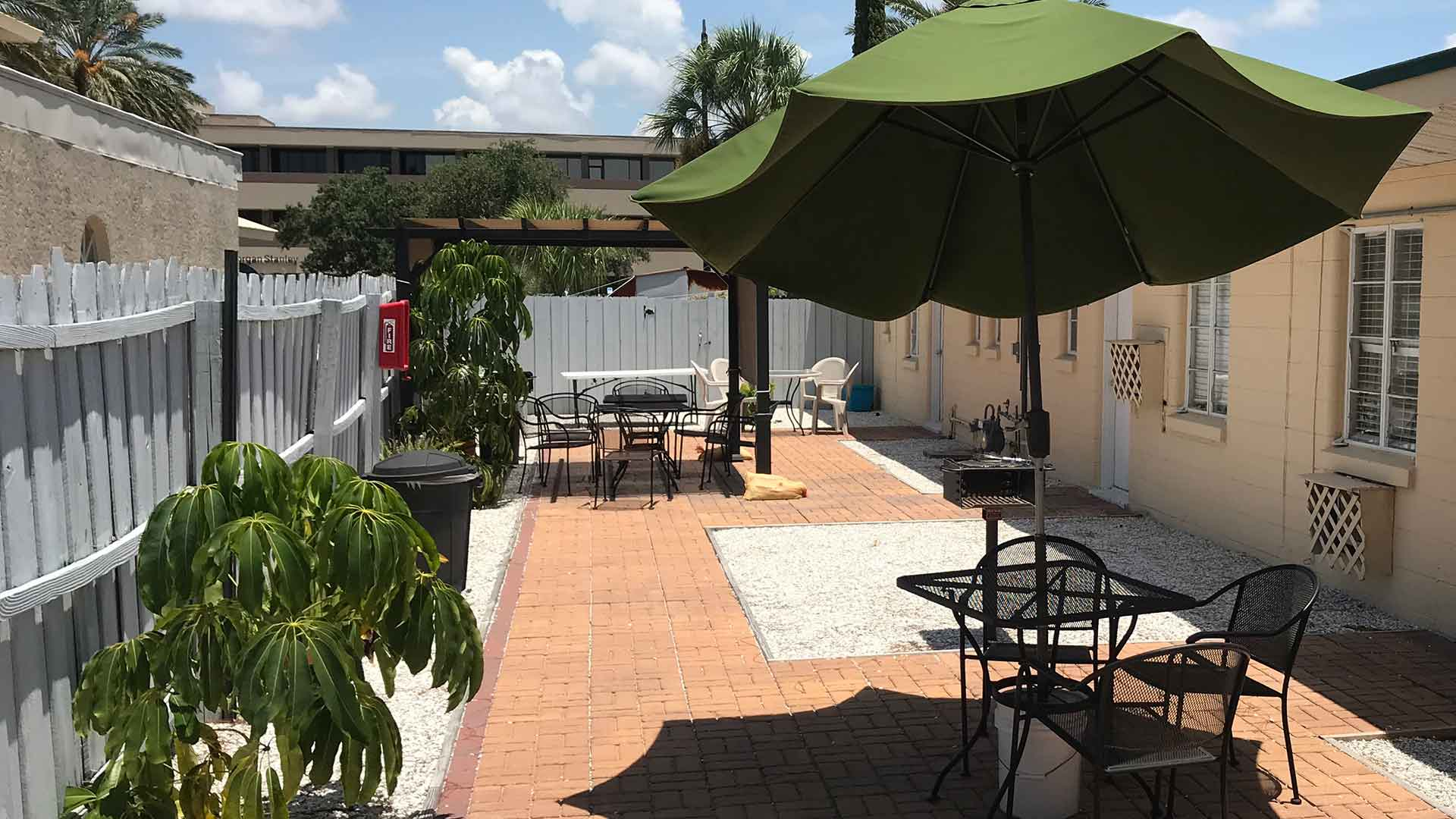 Island Breeze Inn Courtyard